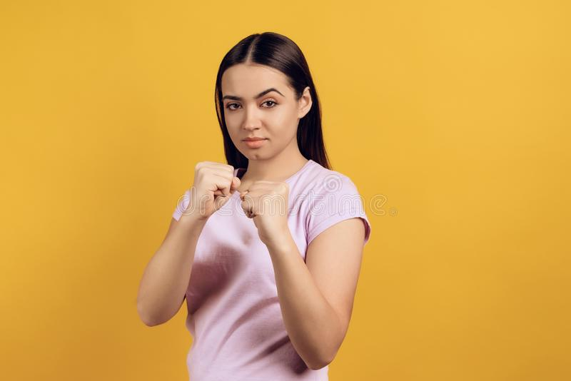 La ragazza sta nella posizione combattente fotografie stock libere da diritti