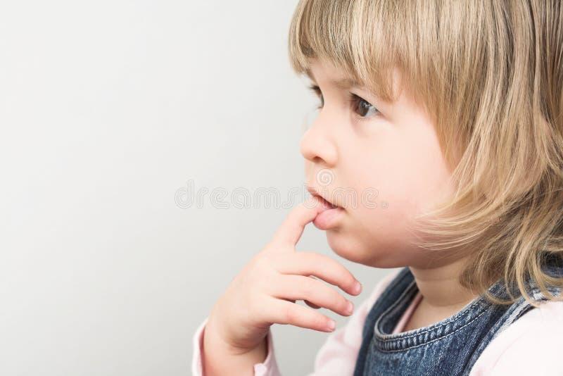 La ragazza sta pensando fotografia stock libera da diritti