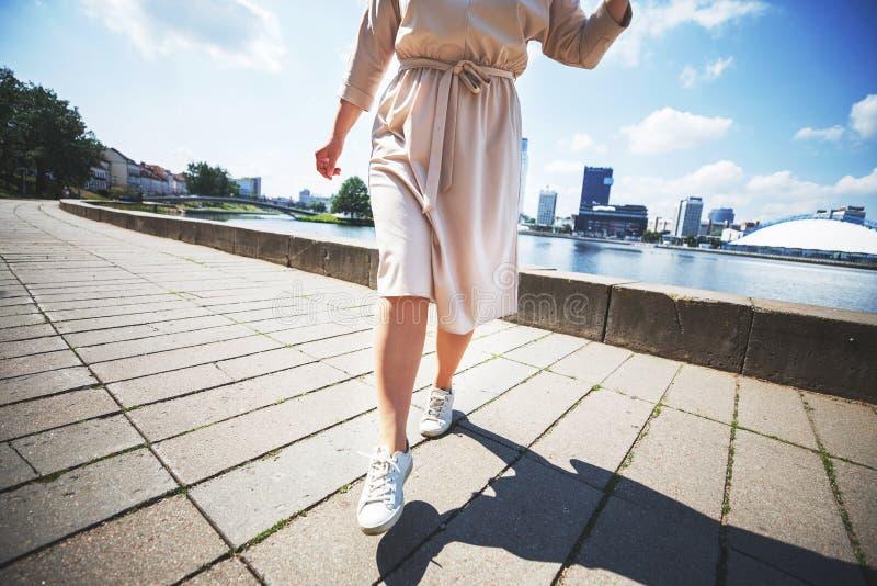 La ragazza sta saltando un giorno soleggiato nella città fotografia stock