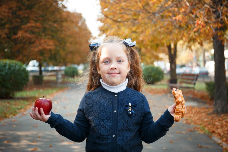 La ragazza sta stando nel parco in autunno fotografia stock libera da diritti