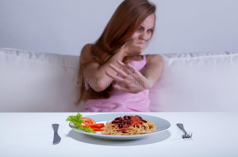 La ragazza stante a dieta non può mangiare la cena immagini stock libere da diritti