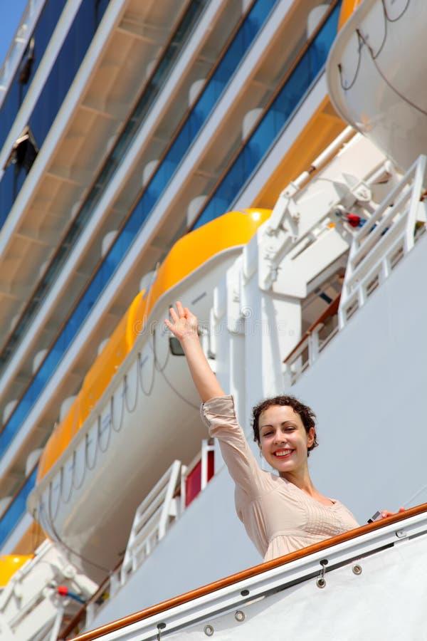 La ragazza sulla scaletta va alla nave da crociera fotografie stock libere da diritti
