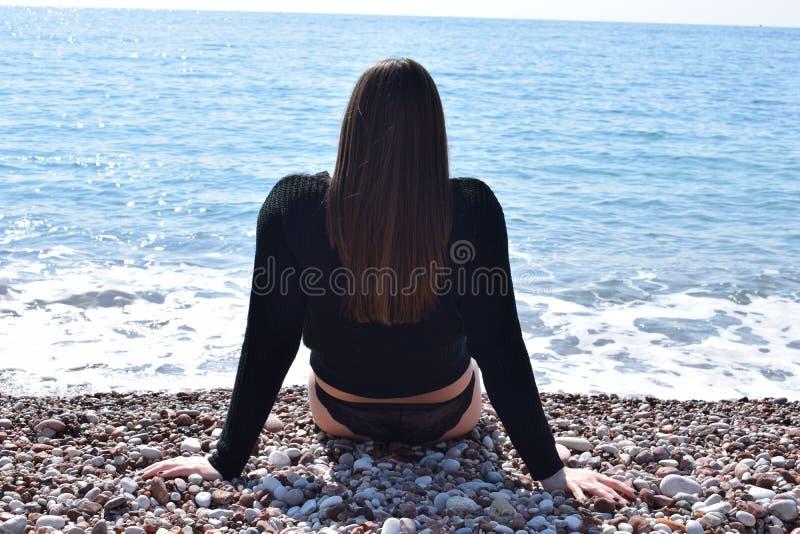 La ragazza sulla spiaggia adriatica! fotografie stock