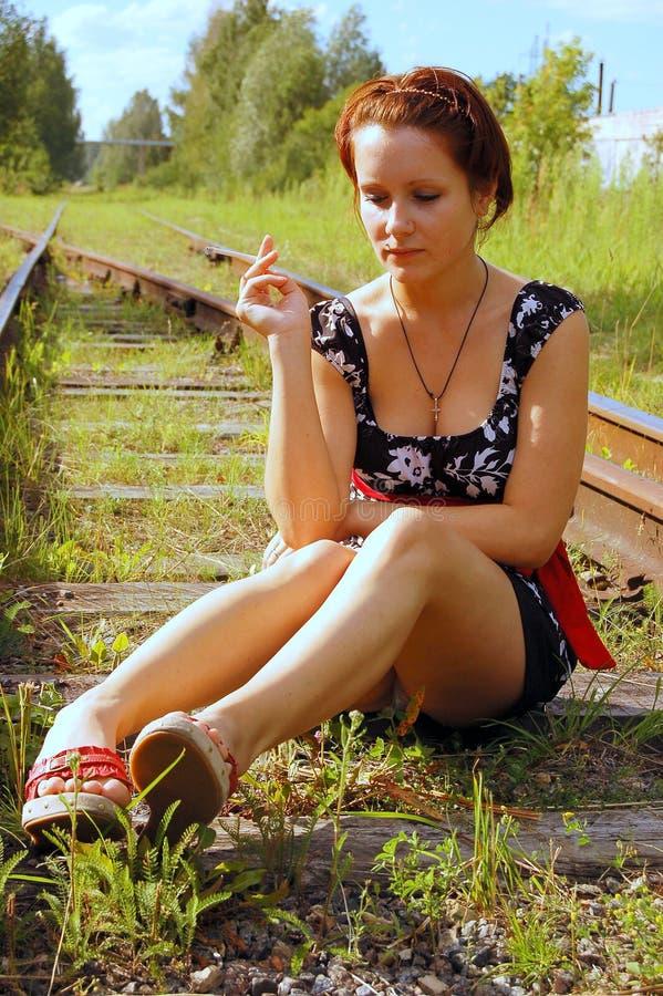 La ragazza sulle rotaie fotografie stock libere da diritti