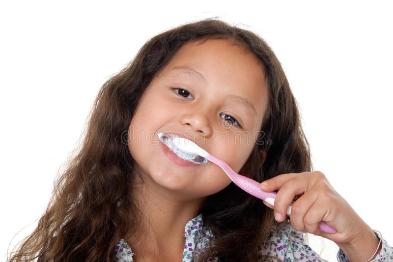 La ragazza sveglia pulisce i denti immagini stock libere da diritti