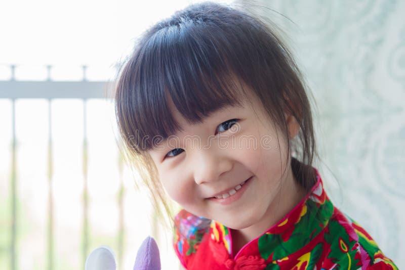 La ragazza sveglia sorride alla macchina fotografica fotografia stock libera da diritti