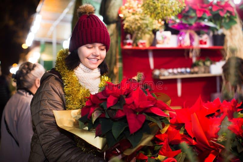 La ragazza teenager allegra sceglie le decorazioni floreali fotografie stock libere da diritti