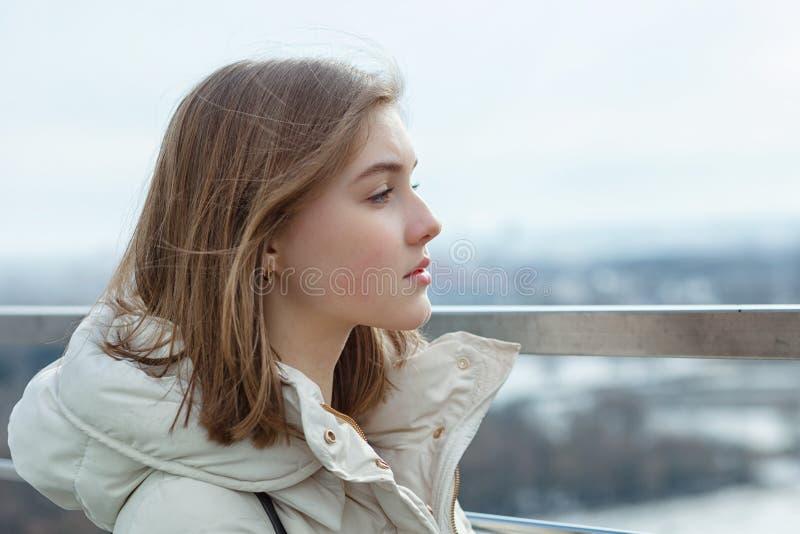 La ragazza teenager bionda del giovane studente adorabile esamina la distanza sulla piattaforma di osservazione con una vista del immagini stock libere da diritti