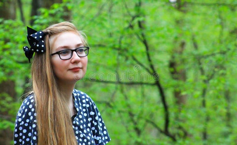 La ragazza teenager gode della natura fotografie stock
