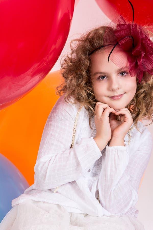 La ragazza teenager mostra la mano palle di gomma del fondo del cuore sulle grandi fotografia stock libera da diritti