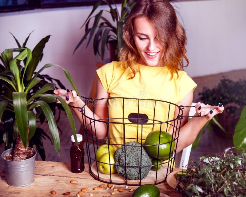 La ragazza tiene il canestro con i frutti fotografie stock