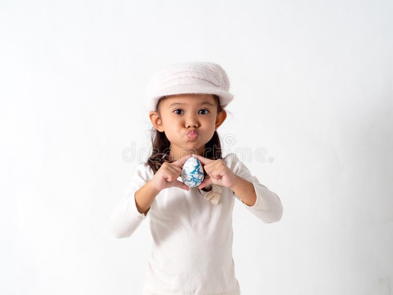 la ragazza tiene un uovo di Pasqua immagini stock
