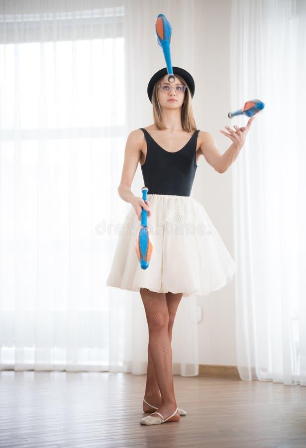 La ragazza in un cappello manipola nello studio fotografie stock libere da diritti