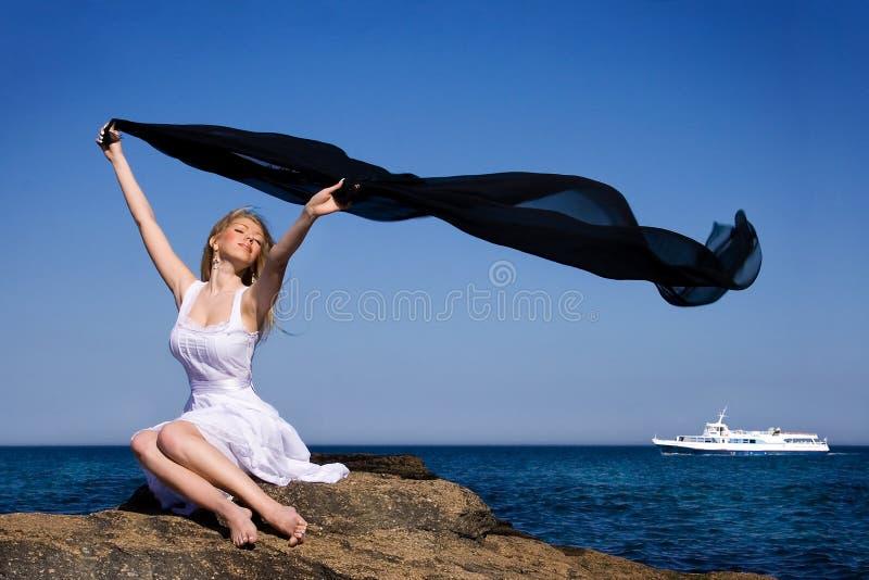 La ragazza in un vestito bianco fotografie stock libere da diritti