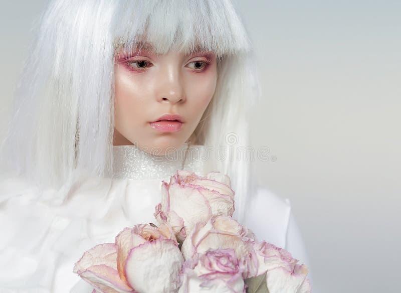 La ragazza in una parrucca bianca Immagine delicata favolosa Trucco creativo fotografia stock