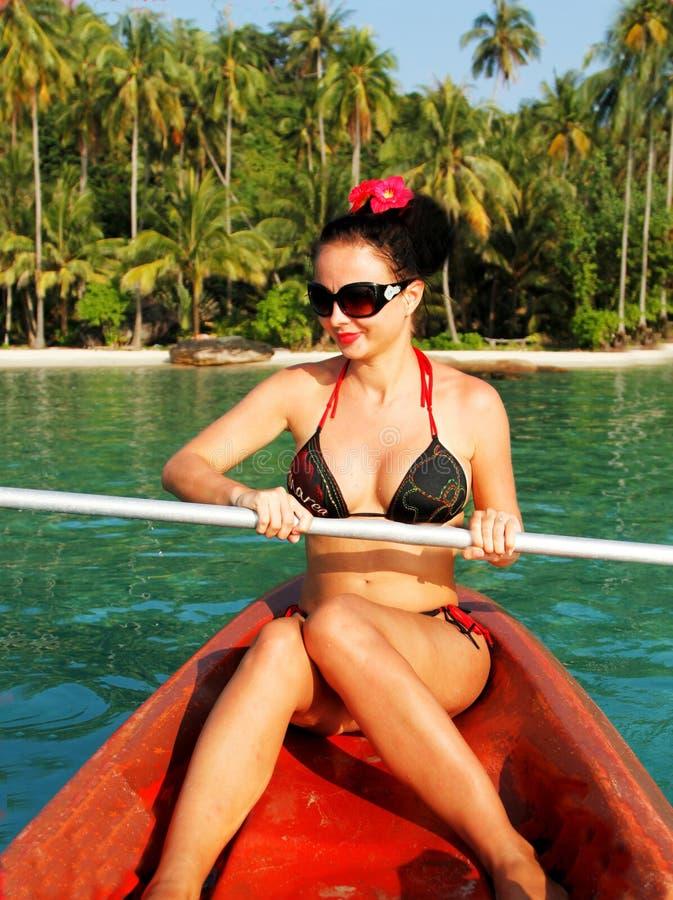 La ragazza va su una barca fotografie stock