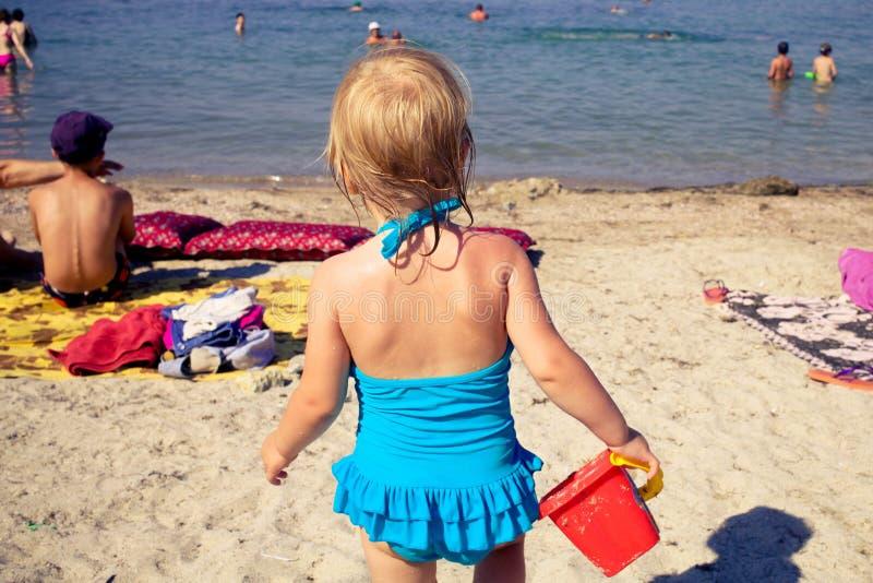 La ragazza va sul mare fotografia stock