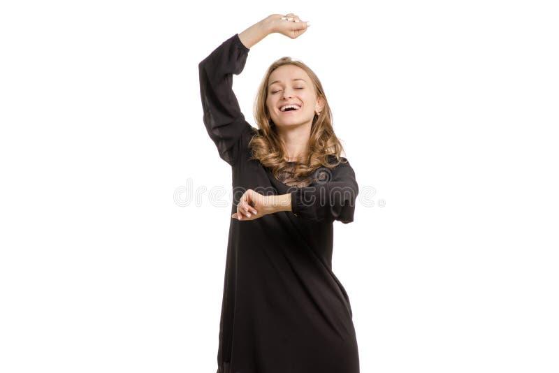 La ragazza in vestito nero sta ballando immagini stock