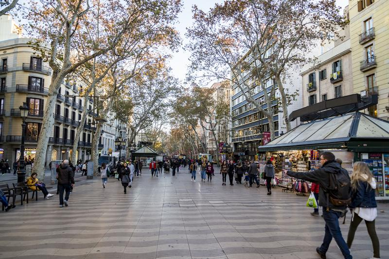 La Rambla is een straat in centraal Barcelona, tussen Gr Raval en Barri Gotic-districten stock fotografie