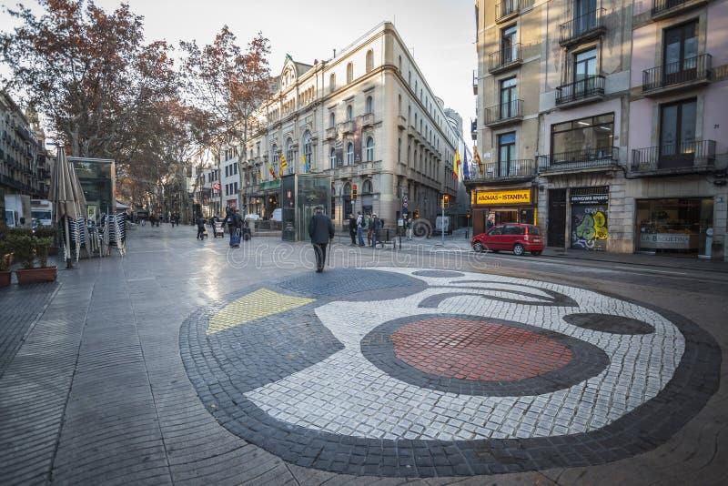 La Rambla, mosaik i trottoar, vid Joan Miro som lokaliseras i Plommon de la Boqueria, Barcelona arkivfoto