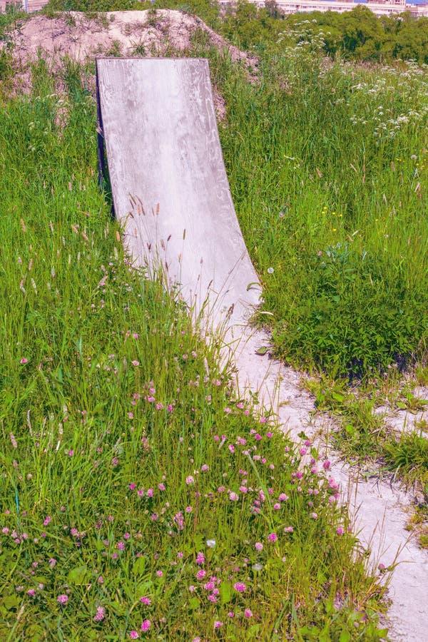 La rampa escarpada en el área de ensayo de la bici en los matorrales de la hierba imágenes de archivo libres de regalías
