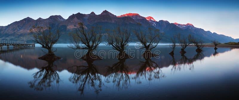 La rangée célèbre de saule dans Glenorchy, île du sud, Nouvelle-Zélande Situé près de Queenstown, Glenorchy est un paradis du Nou photo libre de droits