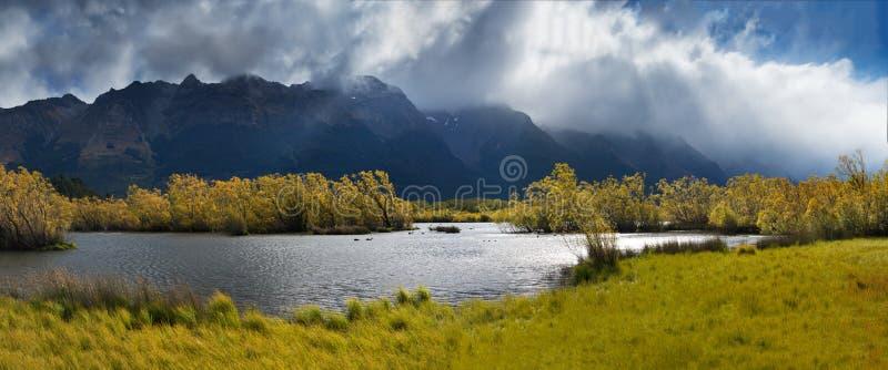 La rangée célèbre de saule dans Glenorchy, île du sud, Nouvelle-Zélande Situé près de Queenstown, Glenorchy est un paradis du Nou image stock