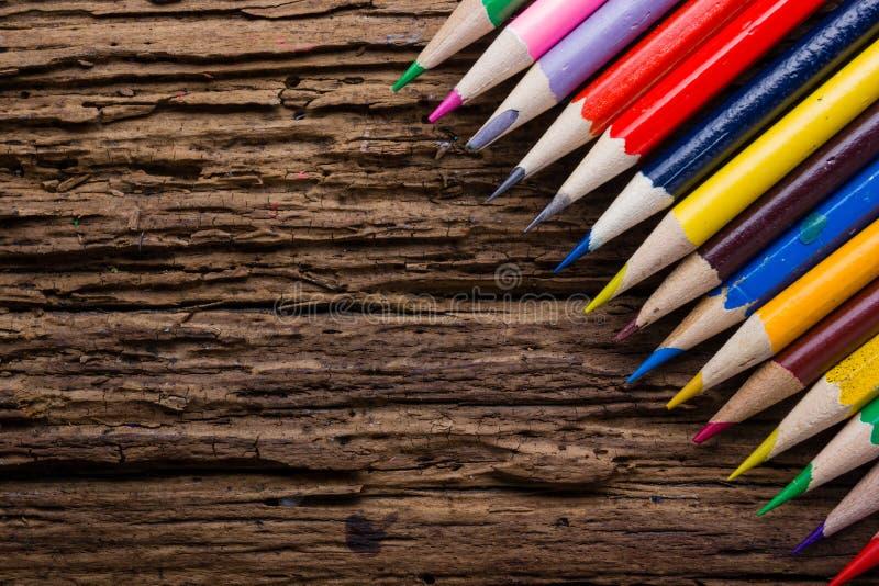 La rangée de couleur dessin crayonne le plan rapproché sur vieux naturel grunge courtisent image libre de droits