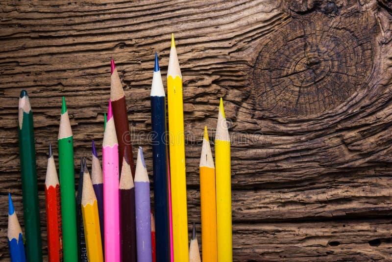 La rangée de couleur dessin crayonne le plan rapproché sur vieux naturel grunge courtisent photo stock