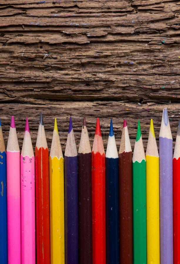 La rangée de couleur dessin crayonne le plan rapproché sur vieux naturel grunge courtisent image stock