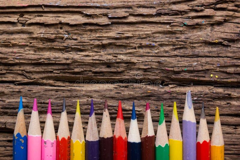 La rangée de couleur dessin crayonne le plan rapproché sur vieux naturel grunge courtisent photo libre de droits