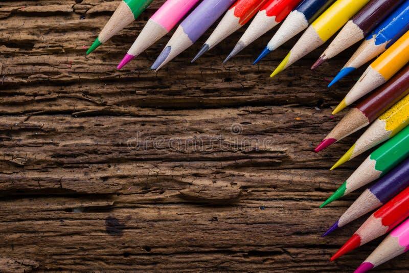 La rangée de couleur dessin crayonne le plan rapproché sur vieux naturel grunge courtisent photos stock