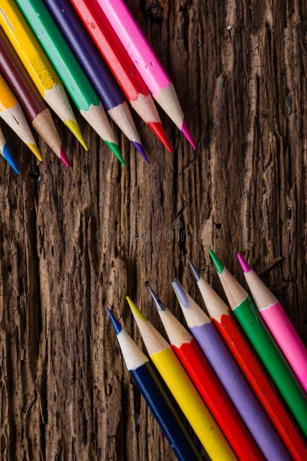 La rangée de couleur dessin crayonne le plan rapproché sur vieux naturel grunge courtisent images stock