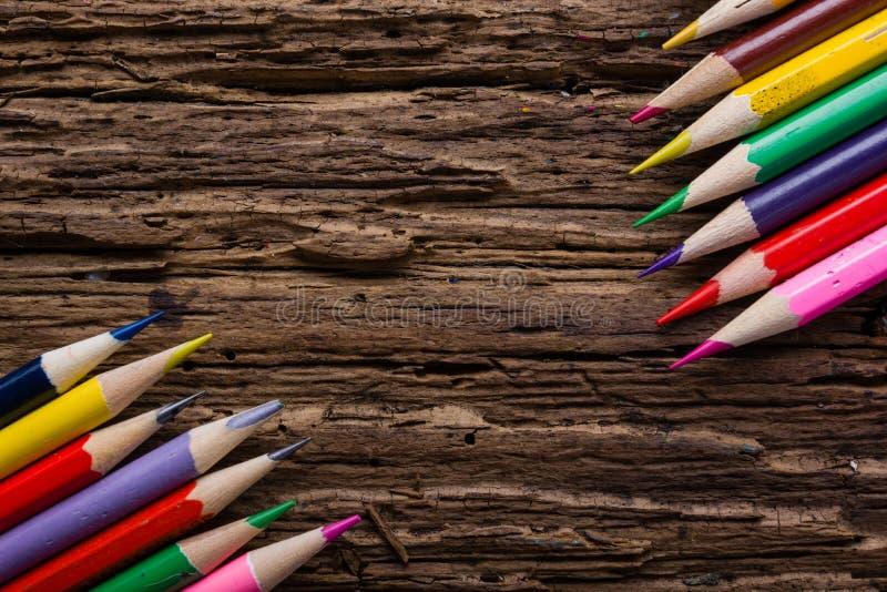 La rangée de couleur dessin crayonne le plan rapproché sur vieux naturel grunge courtisent photographie stock libre de droits