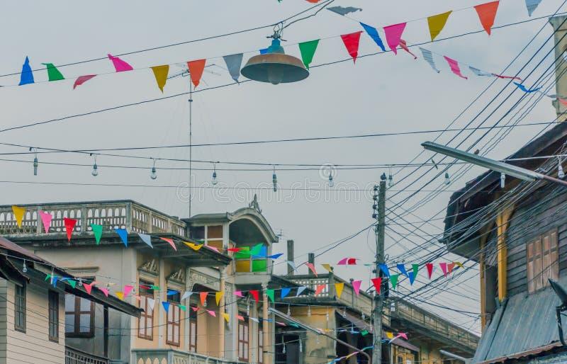 La rangée de petite couleur marque accrocher dans la rue et décore photos libres de droits