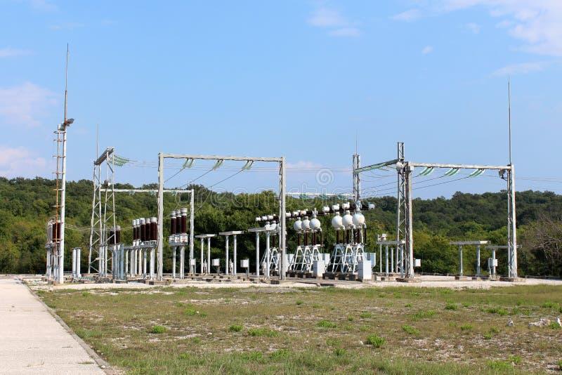 La rangée dense locale de centrale de matériel électrique de soutien faite de divers dispositifs avec des verres en céramique et  images libres de droits