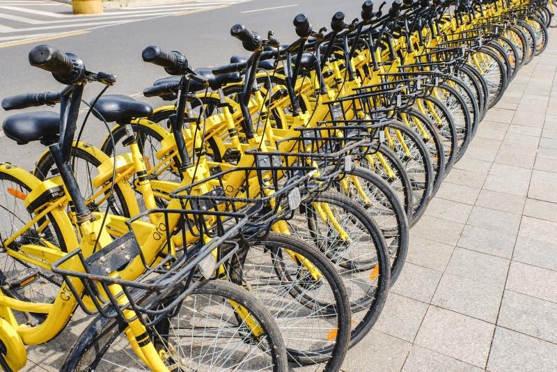 La rangée des bicyclettes jaunes, OFO libèrent la location sloating de bicyclette en Chine images stock