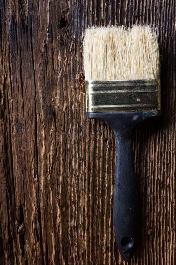 La rangée des pinceaux d'artiste se ferment sur le vieux grunge rustique naturel photographie stock libre de droits