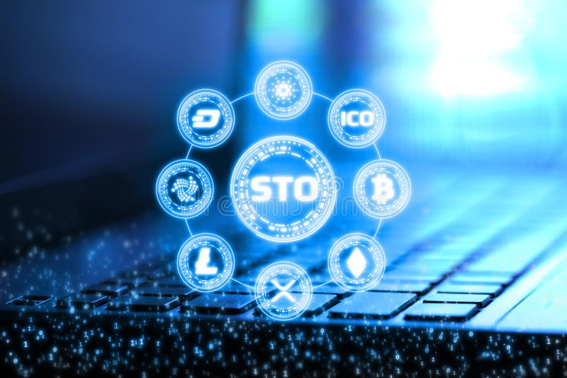 la rappresentazione 3D del segno di sicurezza che offrono STO ed i numeri binari digitali ricoprono sul taccuino e sulla tastiera illustrazione di stock