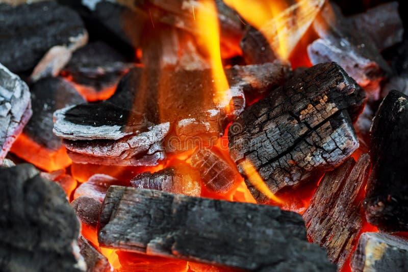 La rappresentazione del fuoco ha accatastato i ceppi che bruciano nel posto del fuoco fotografia stock