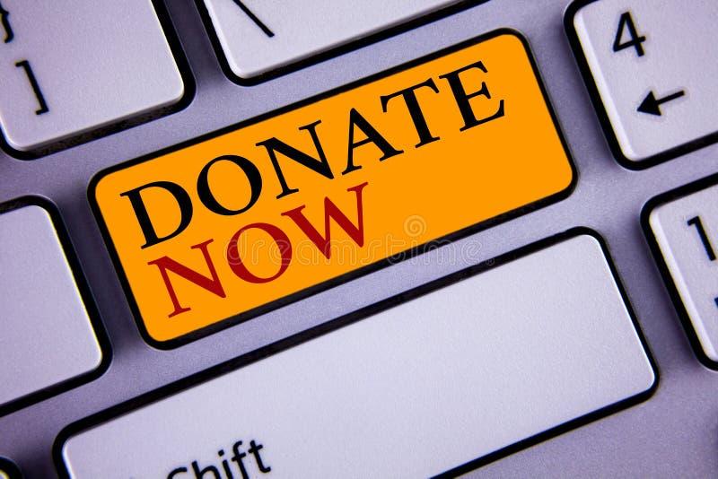 La rappresentazione del segno del testo ora dona L'elasticità concettuale della foto qualcosa alla carità è un aiuto del donatore fotografia stock libera da diritti