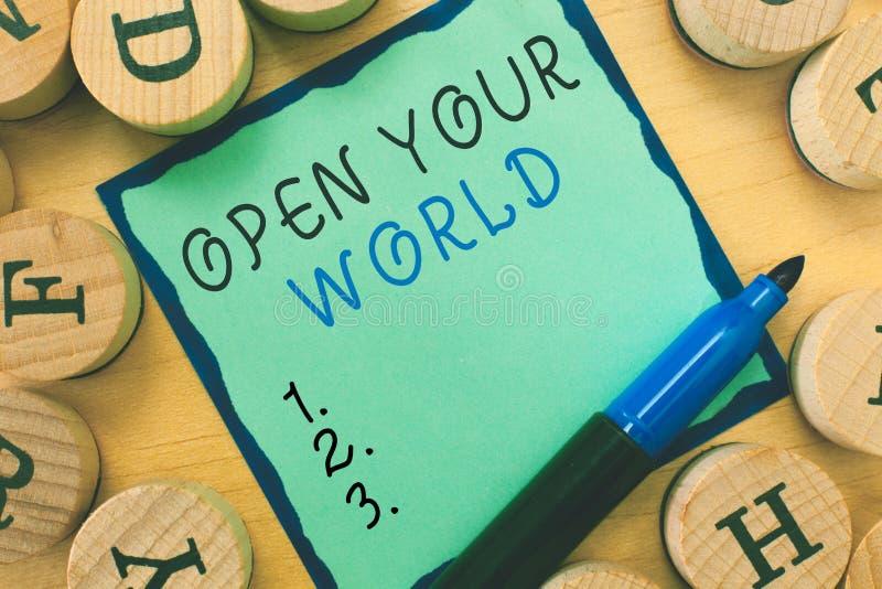 La rappresentazione della nota di scrittura apre il vostro mondo Montrare della foto di affari estende la vostre mente e mentalit fotografia stock libera da diritti