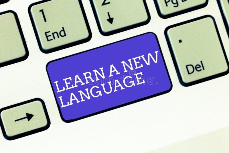 La rappresentazione della nota di scrittura impara una nuova lingua Foto di affari che montra le parole di studio all'infuori del immagine stock