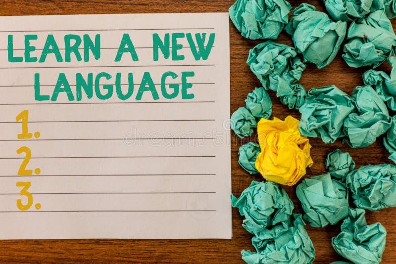 La rappresentazione della nota di scrittura impara una nuova lingua Foto di affari che montra le parole di studio all'infuori del immagine stock libera da diritti