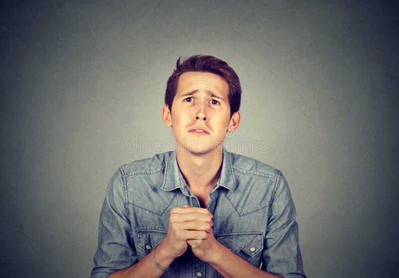 La rappresentazione disperata dell'uomo ha messo le mani, spiacente per l'errore fotografie stock libere da diritti