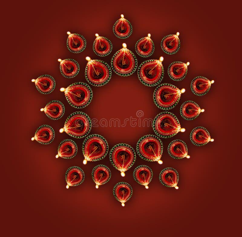 La rappresentazione felice della cartolina d'auguri di diwali ha illuminato la lampada o il diya di diwali fotografia stock