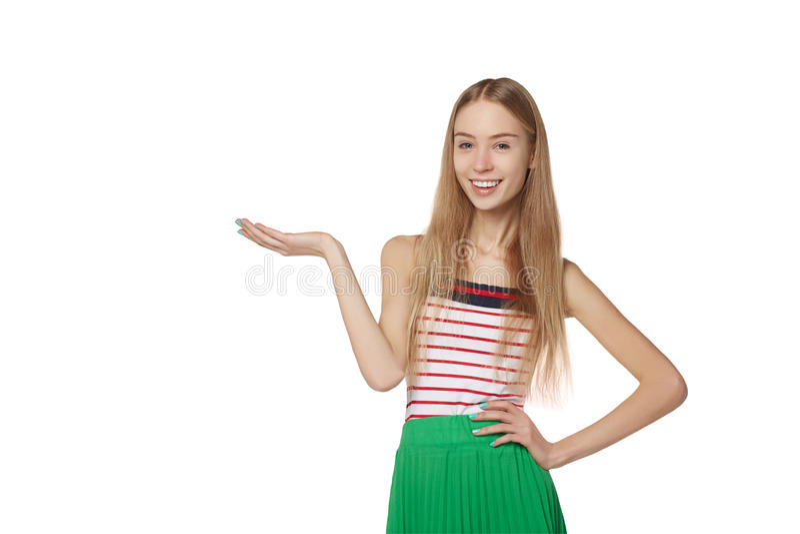La rappresentazione sorridente della donna apre la palma della mano con lo spazio della copia per il prodotto fotografia stock libera da diritti