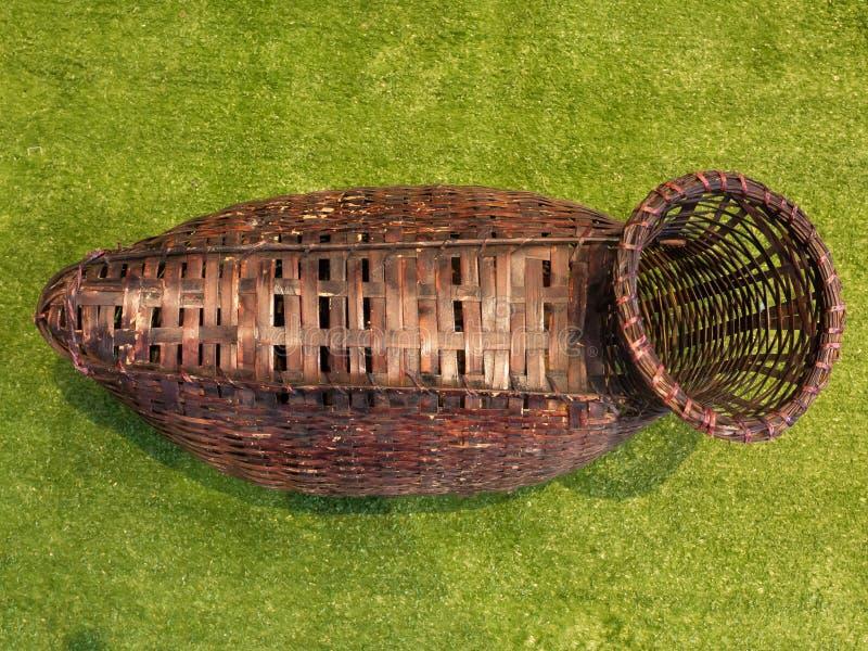 La rastrelliera di legno di Brown è un canestro di vimini utilizzato solitamente per il trasporto del pesce in Tailandia fotografia stock