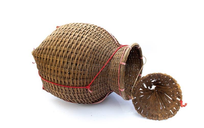 La rastrelliera di pesca, canestro di bambù ha messo il pesce isolato su bianco indietro immagine stock