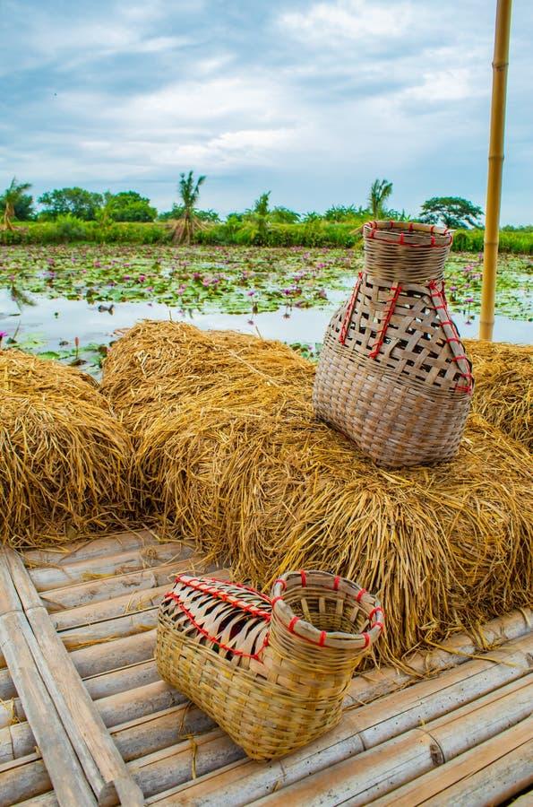 La rastrelliera di pesca, canestro di bambù ha messo il pesce sul balcone della paglia di riso fotografia stock